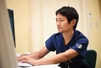 「がんの子どもを支えたい」と都立小児総合医療センターの医師として勤務する松井基浩さん=東京都府中市で、中村藍撮影