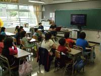 「しらおい防災マスター会」が実施した、小学生への防災絵本の読み聞かせ=北海道白老町の町立萩野小学校で5日、民部吉治さん提供