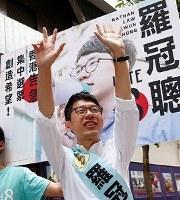 香港立法会選挙で遊説中、支援を訴える「香港衆志」の羅冠聡主席=香港で4日、ロイター