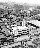 新しく完成した大阪市北消防署(中央の3階建て)。周辺にはまだ瓦ぶきの家屋が目立つ=1963年9月30日撮影