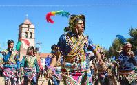 伝統的な衣装をまとった男たち=ボリビアのポトシ県マチャで、吉田正仁さん撮影