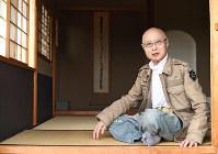 おしゃれが大好き。ジーンズ姿がなぜか茶室にマッチする=東京都港区で、中村藍撮影