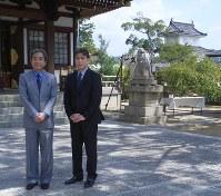 「忠臣蔵」ゆかりの大石神社(兵庫県赤穂市)を参詣に訪れた、中村梅玉さん(左)と松本幸四郎さん