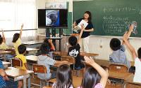 今年からオープンライブラリーの時間に開かれているミニ講座=滋賀県彦根市立亀山小学校提供
