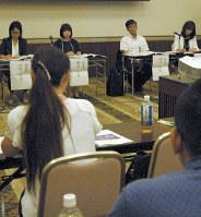 特別支援学級・学校の性教育について意見を交わす教員ら=前橋市で、鈴木敦子撮影