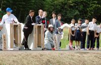 放鳥のテープカット後、先に勢いよく飛び立った「さきちゃん」=福井県越前市湯谷町で、高橋一隆撮影
