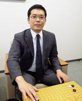 「若い人と打つと新しい発見があり楽しい」と話す但馬慎吾六段=大阪市北区の日本棋院関西総本部で、新土居仁昌撮影