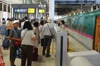 夏休みには多くの利用客で新函館北斗駅の北海道新幹線ホームは混雑した=北海道函館市で2016年8月11日、遠藤修平撮影