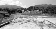葛城、金剛山の間にある水越峠の入り口に位置する居館跡の石垣=奈良県御所市名柄で1989年7月6日、森和彦さん撮影