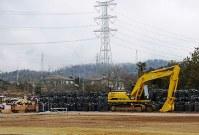 除染で出た汚染土を詰めた袋が山積みにされていた=福島県大熊町で2月、関谷俊介撮影