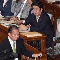 LDP Secretary-General Toshihiro Nikai, left, takes the podium during a House of Representatives plenary session on Sept. 27, 2016 as Prime Minister Shinzo Abe looks on. (Mainichi)