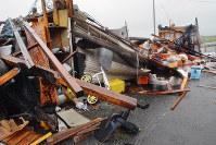 突風で倒壊したとみられる小屋=福岡県八女市川犬で、林壮一郎撮影