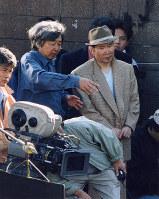 「男はつらいよ」第48作のロケで山田洋次監督(左)と打ち合わせをする渥美清さん=神戸市長田区で、大西達也撮影