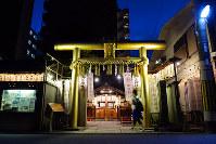 静かな住宅街でひときわ目立つ黄金色の鳥居=京都市中京区の御金神社で、小松雄介撮影