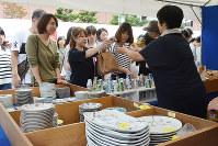 目当ての品を買い求める来場者たち=石川県能美市泉台町の九谷陶芸村で、金志尚撮影