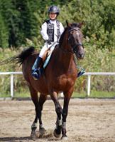 馬に乗り笑顔を見せる西村悠希さん=滋賀県甲賀市水口町水口で、森野俊撮影