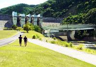 日吉ダムと円形のふれあい橋=京都府南丹市日吉町で、八重樫裕一撮影