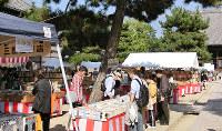 「秋の古本まつり」。毎回大勢のファンが集う=百万遍知恩寺で2015年撮影、京都古書研究会提供