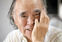 インタビューで笑顔を見せる江成常夫さん=相模原市で、竹内紀臣撮影