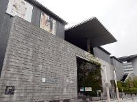 建物が異常に立派すぎるような気もした兵庫県立美術館=神戸市中央区で、青山郁子撮影