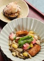 秋が旬の食材がたっぷり入った秋鮭のキノコあんかけ(手前)とナスのさっぱりステーキ=平川義之撮影