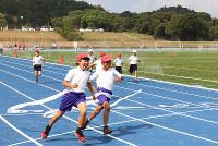 真新しい競技場で運動会を楽しむ児童たち=和歌山県日高川町和佐の南山スポーツ公園陸上競技場で、山本芳博撮影