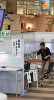 商業施設に設置され、買い物客らが投票している期日前投票所。この場所が共通投票所になった=北海道函館市で、手塚耕一郎撮影