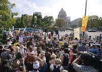 反原発を訴え、国会前に集まった大勢の人たち=東京都千代田区で2013年6月2日、手塚耕一郎撮影