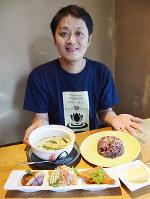 人気の「大和肉鶏のグリーンカレーセット」を紹介する諸江紀夫さん=奈良市で、芝村侑美撮影