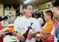 「認知症サミット」で、笑顔で参加者と語り合う下薗誠さん(中央)=大阪市此花区で2016年9月3日、森園道子撮影