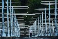 滋賀県甲賀市の山中に、475個ものアンテナが並んでいた。京都大学生存圏研究所の「MUレーダー」だ。それぞれが毎秒2500回という高速で上空に向けレーダーの方向を変えることができ、戻ってきた電波を解析して大気の動きを観測している=山崎一輝撮影