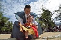 赤ちゃんの土俵入り神事。家族が全国から泊まりがけで訪れるほどの人気となっている=京都府宮津市宮町の山王宮日吉神社で、安部拓輝撮影