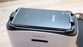 TCLコミュニケーションの「アイドル4」は、VRゴーグルがパッケージになっている