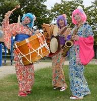チンドン屋「べんてんや」の(右から)スージーさん、マーサさん、タフィーさん=名古屋市昭和区で