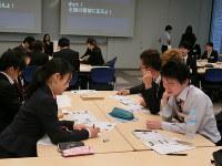 「キャリア大学」のプログラムに参加した学生の満足度は高い=東京都千代田区の三井住友海上火災保険で