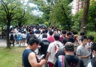 東京・上野の不忍池に集まり、ポケモンGOで遊ぶ人たち=毎日新聞撮影