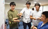 奨学金贈呈式後のワークショップで、池田達拓さん(左端)の夢の実現プランについて講師たちと一緒に話し合う渡剛さん(左から3人目)=大阪府箕面市で、中本泰代撮影