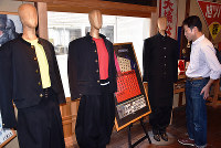 1980年代に流行した「変形学生服」など学生服にまつわるさまざまな品が並ぶ児島学生服資料館=岡山県倉敷市児島下の町5で、益川量平撮影