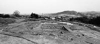 墳丘や周濠の斜面に石を貼ったハカナベ古墳(西側から望む)=奈良県御所市南郷で1993年1月27日、森和彦さん撮影
