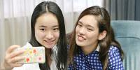 対談終了後にスマートフォンで仲良く記念撮影する卓球の伊藤美誠さん(左)とパラリンピック競泳の一ノ瀬メイさん=梅田麻衣子撮影