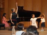 子供の踊りに合わせてピアノを弾く(左から)滝澤志野、バレエ指導の高田麻名=東京都武蔵野市で