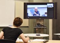 ネット回線を活用し、岡本キャンパスの講義室と中継して実施される法科大学院の講義=兵庫県西宮市の甲南大学西宮キャンパスで、井上卓也撮影