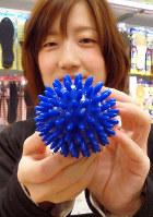 インキューブ天神店で注目の商品「コロコロボール」=福岡市中央区天神のインキューブ天神店で、小原擁撮影