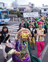 歌いながら行進!=松江市で、長宗拓弥撮影