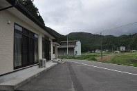 指定緊急避難場所と指定避難所になっている本地生活センター(左)。東日本大震災では田んぼ(右)まで浸水したという=宮城県石巻市北上町で