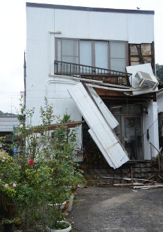 A damaged building is seen in Kurayoshi, Tottori Prefecture, after a major earthquake hit the region on Oct. 21, 2016. (Mainichi)