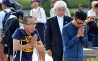 原爆死没者慰霊碑の前で手を合わせるグエン・ドクさん(左)=広島市中区の平和記念公園で2016年10月20日午後2時40分、竹下理子撮影