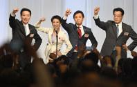 民進党代表選で新代表に決まり、気勢を上げる蓮舫氏(左から2人目)。党をまとめる手腕が問われる=東京都港区のホテルで2016年9月15日、藤井太郎撮影