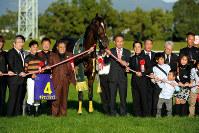 2015年の菊花賞を制したキタサンブラックと、馬主の北島三郎さん(中央左)=JRA提供
