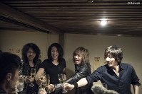 <プロフィル>THE YELLOW MONKEY(ザ・イエロー・モンキー) 1989年に現在のラインナップで活動開始、1992年「申年」にメジャーデビュー。メンバーはボーカル/ギター担当の吉井和哉(よしい・かずや)=1966年・東京出身、ギター担当の菊地英昭(きくち・ひであき)=1964年・東京出身、ベース担当の廣瀬洋一(ひろせ・よういち)=1963年・東京出身、ドラム担当の菊地英二(きくち・えいじ)=1967年・東京出身=の4人。2001年1月に活動を休止、2004年「申年」の7月7日付で解散。2016年「申年」1月に再集結した。普段からとにかく仲が良く移動も食事も4人でほぼ一緒。ホテルの部屋に戻ってもグループLINEで会話するほどだとか……。